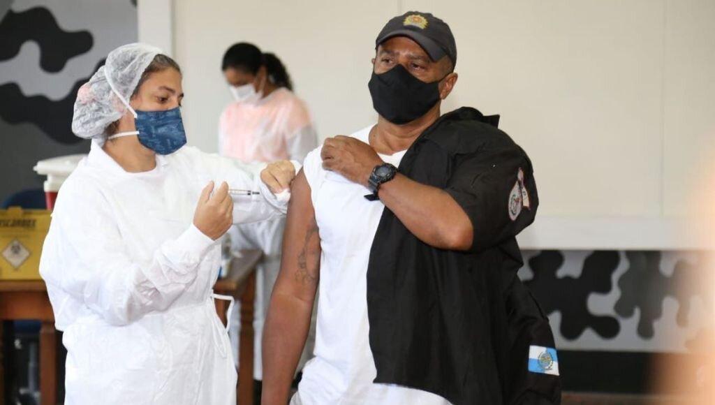 Covid-19: Bombeiros e policiais começam a ser vacinados no estado do RJ