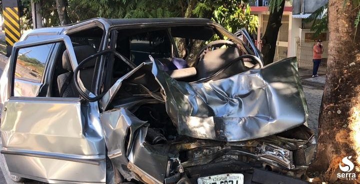 Carro colide contra árvore e deixa um ferido na RJ-116, em Itaocara