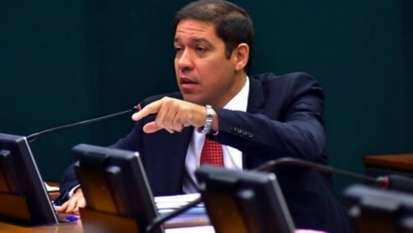 """Deputado luta por aumento do auxílio emergencial: """"pessoas estão passando fome"""""""