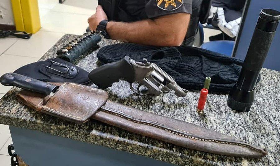 Homens são presos com arma, facão e touca ninja em Trajano de Moraes