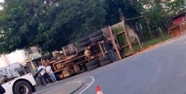 Caminhão de lixo tomba no Trevo de Itaocara
