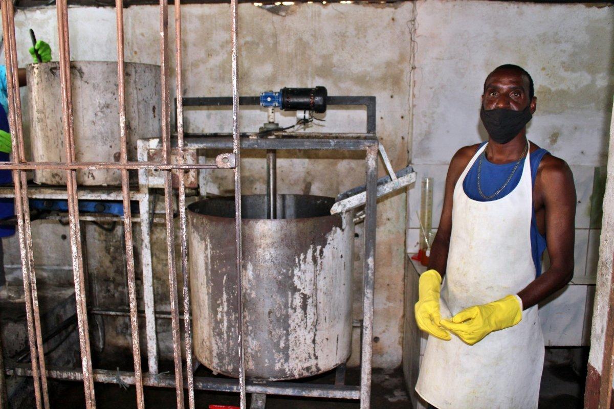 Projeto que transforma óleo de cozinha em sabão ecológico no bairro São José, em Cantagalo