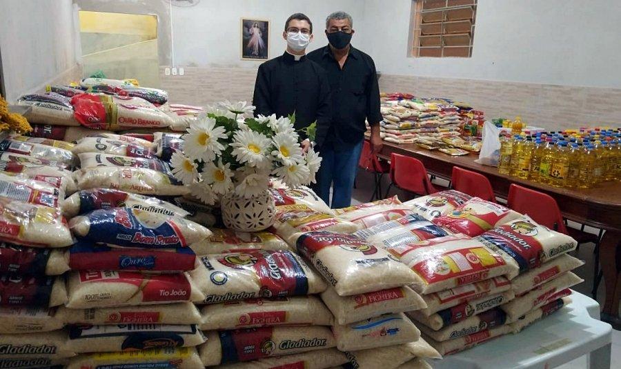 Fiéis doam quase 2 toneladas de alimentos durante Corpus Christi em Cantagalo