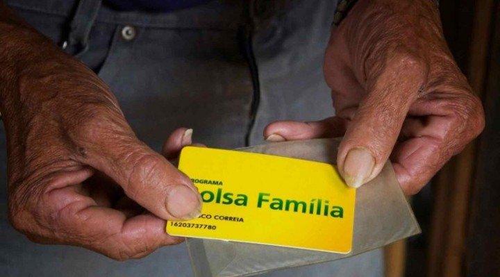 Bolsonaro estuda aumentar Bolsa Família em 'pelo menos 50%' até 2022