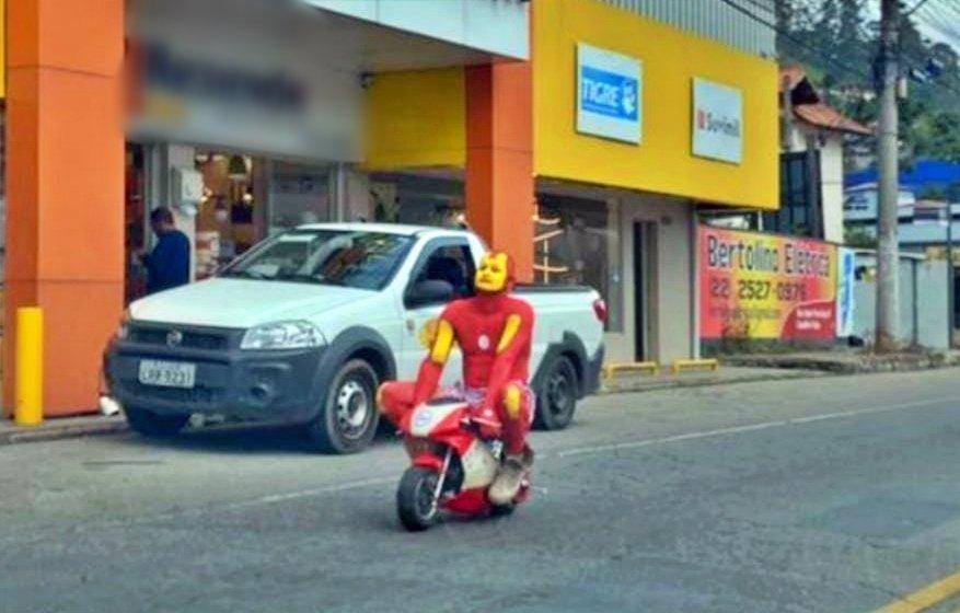 Super herói anda de moto pelas ruas de Nova Friburgo