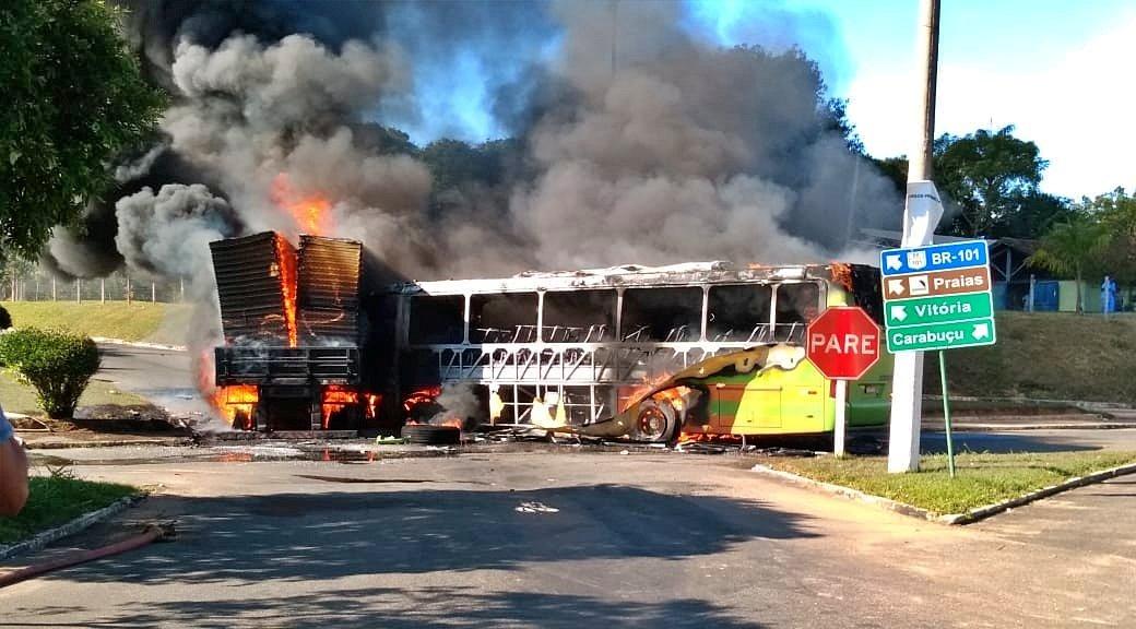 Acidente entre ônibus e caminhão causa incêndio e deixa feridos em Bom Jesus do Itabapoana