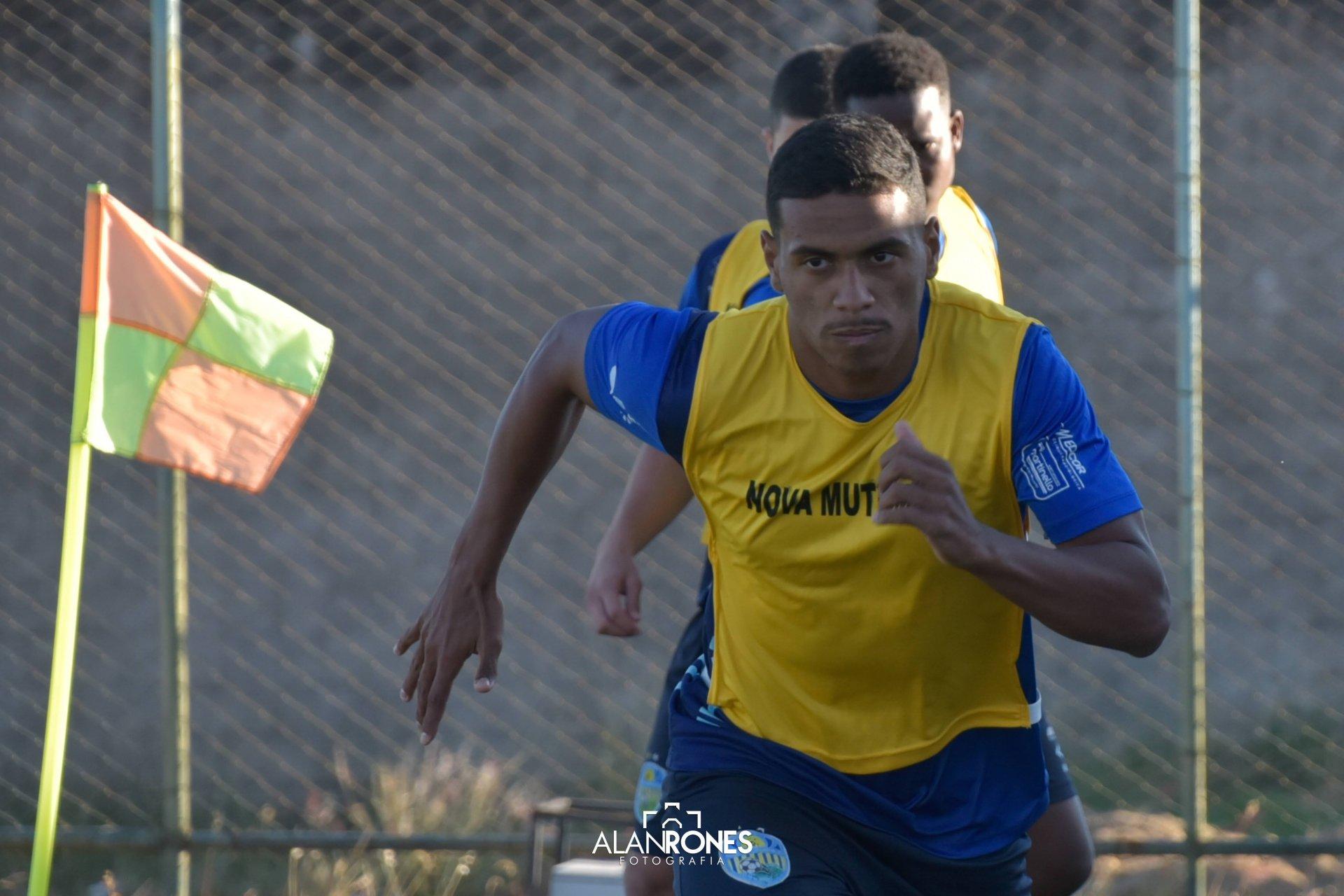 Romário Simões, natural de Cantagalo, jogador do Nova Mutum em Mato Grosso