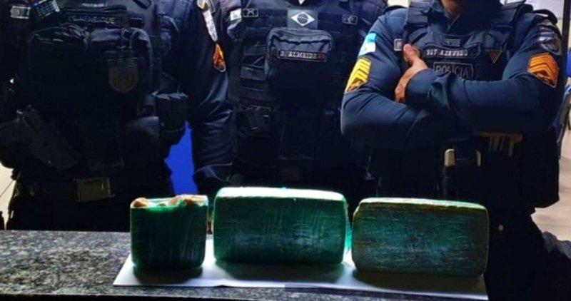 Mulher com criança de colo é presa com cocaína em ônibus no Noroeste Fluminense