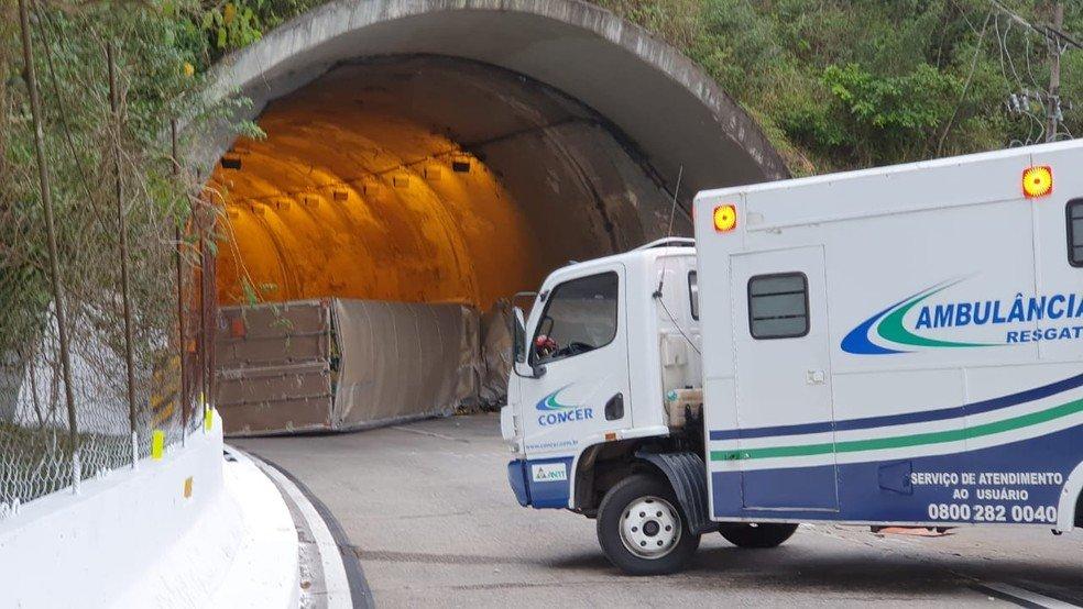 Caminhão carregado com fogos de artifício tomba e interdita Serra de Petrópolis