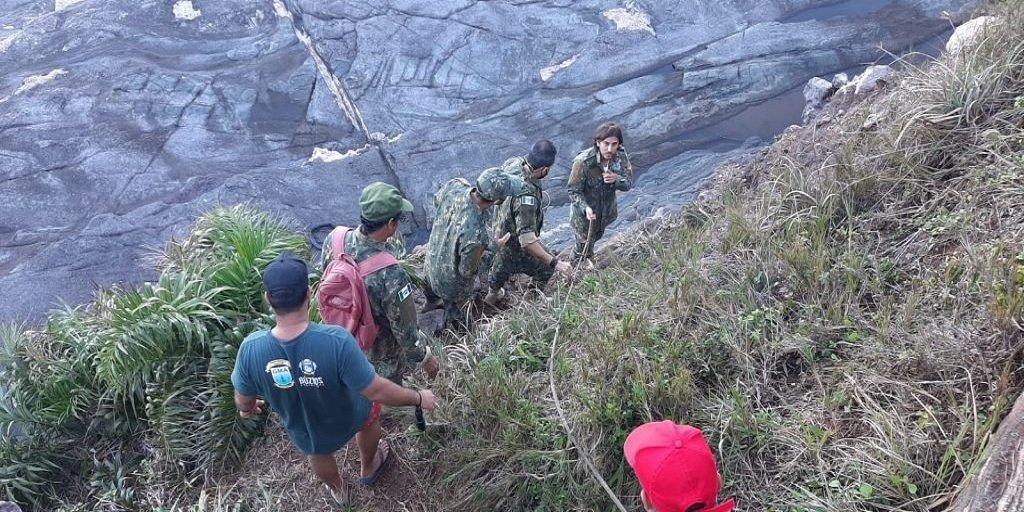 Guarda Ambiental resgata capivara presa em gruta em Búzios