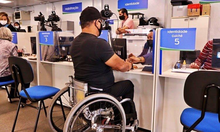 Pessoas com deficiência têm direito a isenção de taxas para CNH e RG
