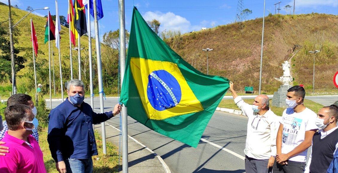 Prefeitura coloca novas bandeiras no Trevo de Duas Barras