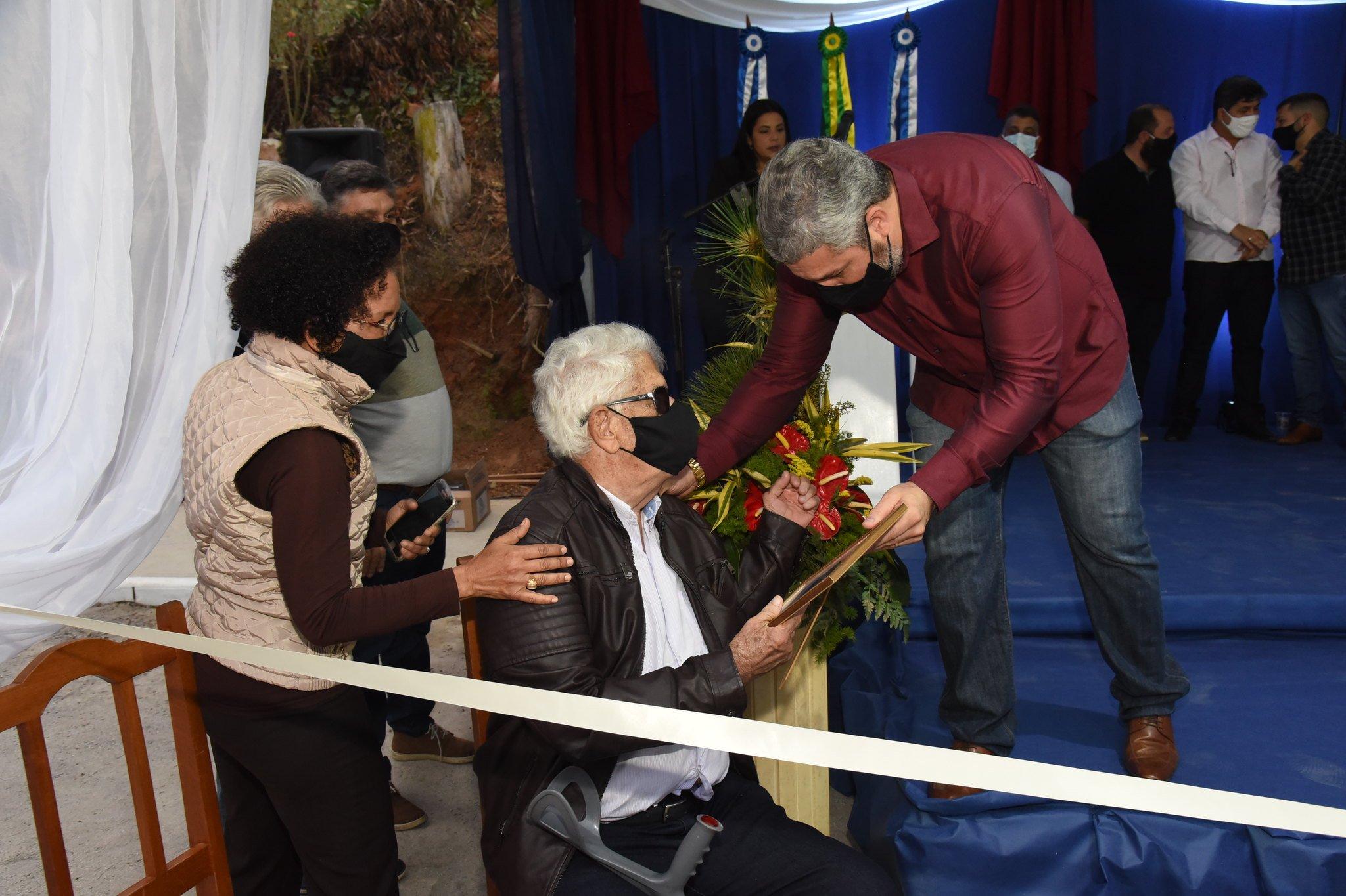 familiares do Cel. Regino Monnerat, o neto Rubens Monnerat e os bisnetos, Marco Antônio e Luiz Antônio Monnerat, receberam uma singela homenagem do prefeito