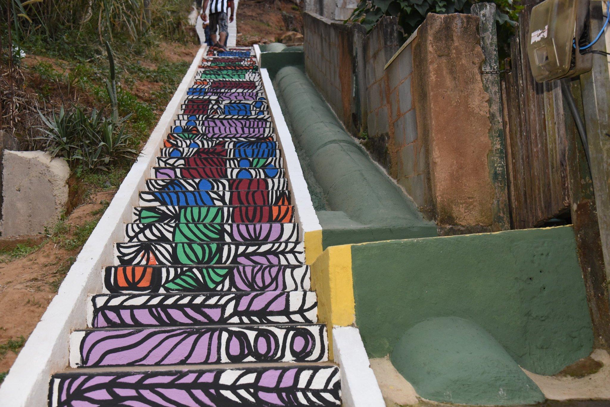 Pintura artística na escadaria de acesso à Rua Antônio Melhorance se destaca