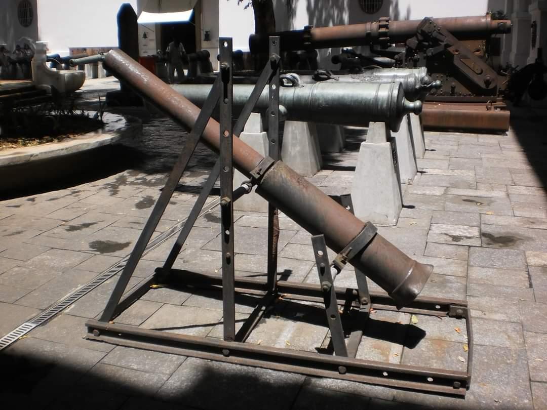 No primeiro plano canhão fabricado pelo cantagalense Aristeu Curty Cortat. Acervo internet