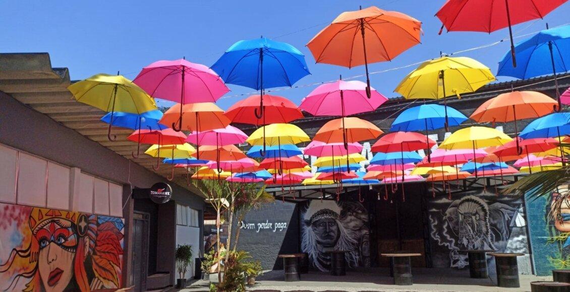 Hamburgueria de Itaocara investe em espaço com guarda-chuvas coloridos