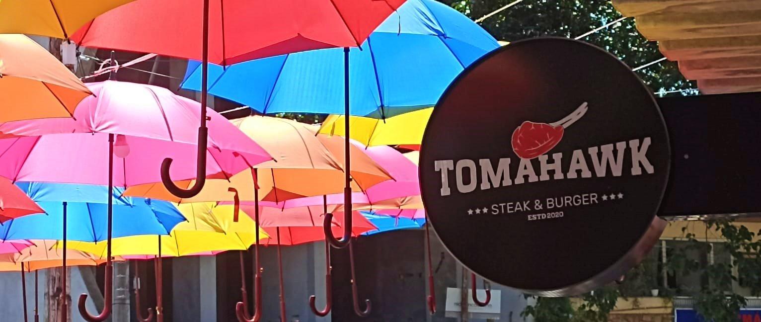 Guarda-chuvas coloridos na hamburueria Tomahawk