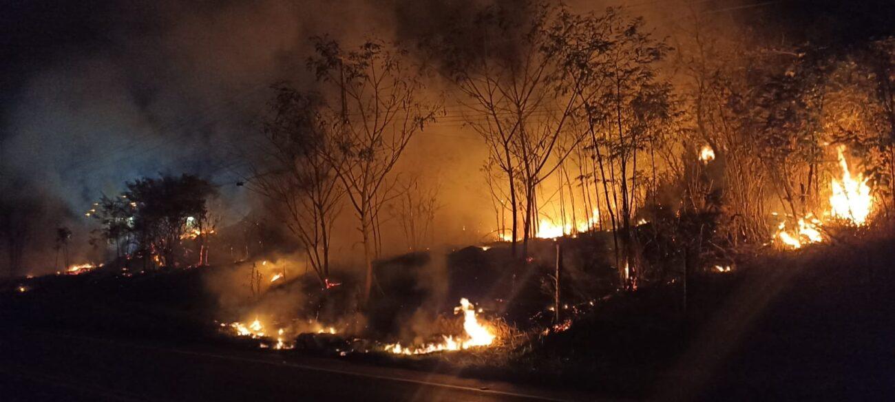 Bombeiros controlam incêndio que colocou residências em risco em Aperibé