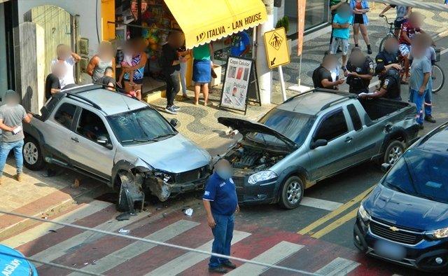 Acidente entre dois veículos deixa uma pessoa ferida no centro de Italva