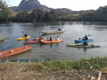 Grupo retira grande quantidade de entulhos do Rio Paraíba do Sul em Itaocara