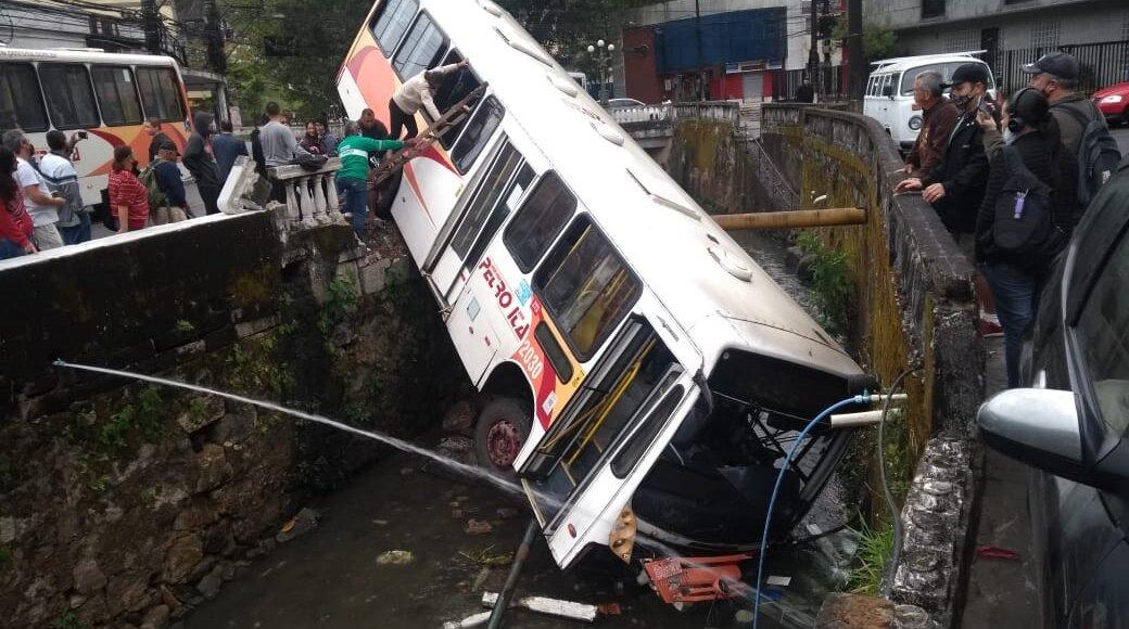 Ônibus cai de ponte em Petrópolis e duas pessoas ficam feridas