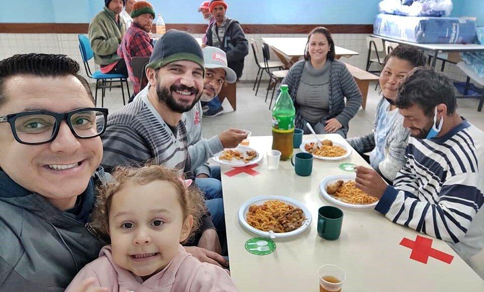 Prefeito de Friburgo tira domingo para almoçar com pessoas em situação de rua