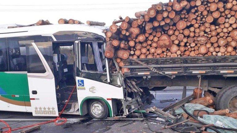 Acidente com ônibus da secretaria de Saúde de Cabo Frio deixa um morto na Via Lagos
