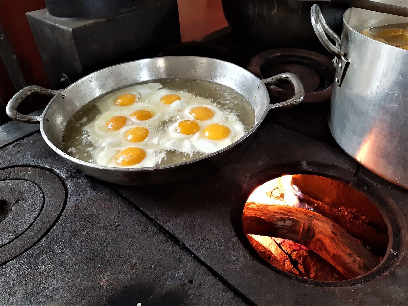 A refeição aos visitantes é preparada no fogão a lenha. Acervo pessoal