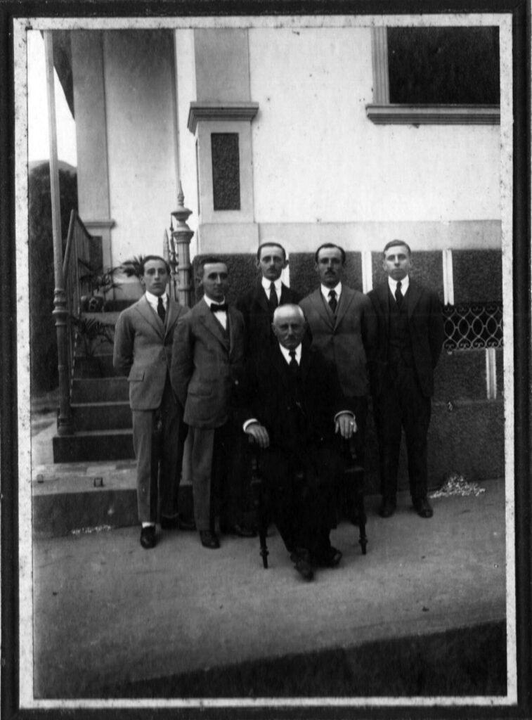 Os Spinelli, Augusto na extremidade à direita. Acervo família Spinelli