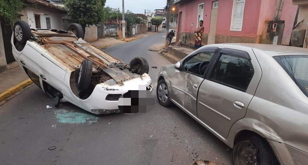 Carro capota após bater em veículo estacionado em Miracema