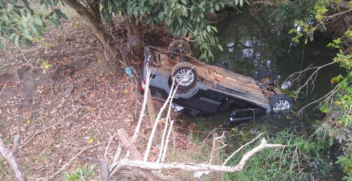 Motorista perde controle de picape e cai em valão em Itaperuna
