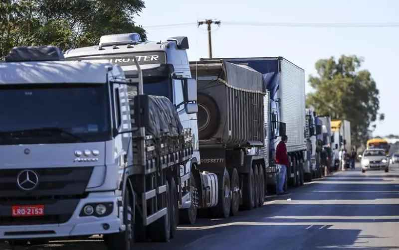 Caminhoneiros ocupam rodovias em Campos, Petrópolis, Pádua e outras cidades