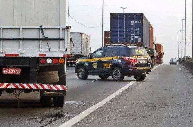 Caminhoneiros bolsonaristas bloquearam uma pista da rodovia Washington Luís, sentido Petrópolis, na manhã desta quinta