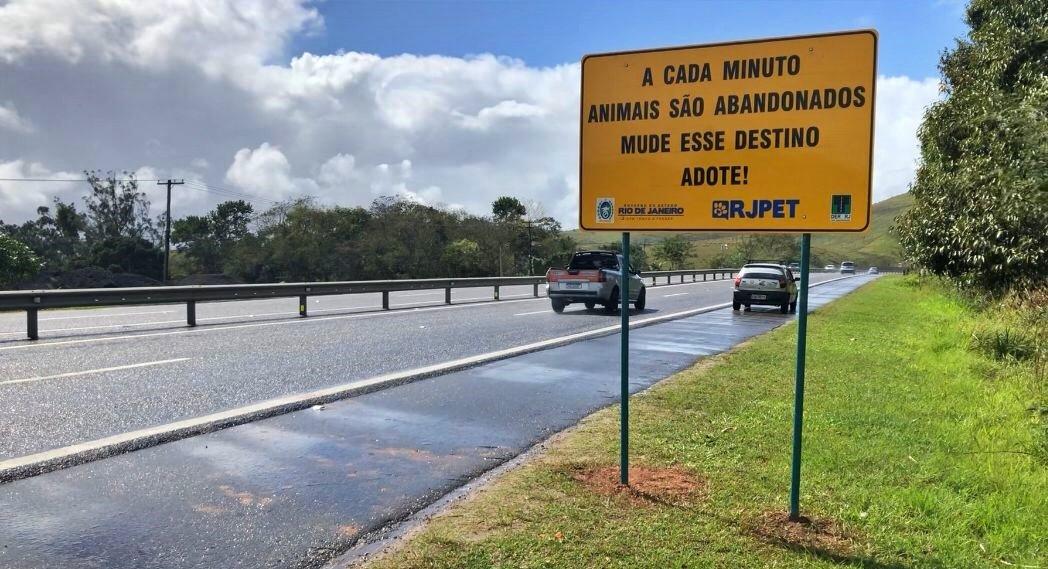 Via Lagos recebe placas contra o abandono de animais em estradas