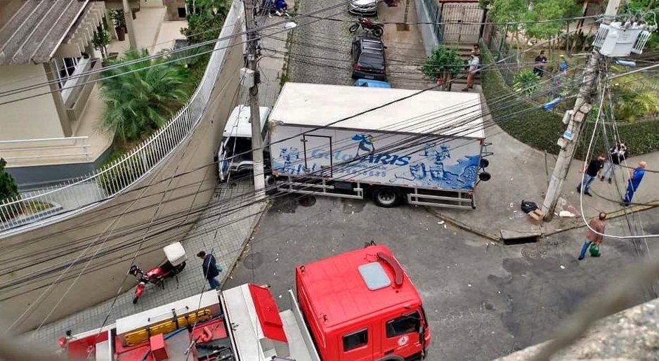 Friburgo: Caminhão perde o freio e colide contra muro de prédio nas Braunes