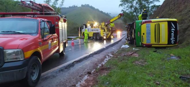 Ônibus tomba na BR-040, mata uma mulher e fere 44 pessoas em Minas Gerais